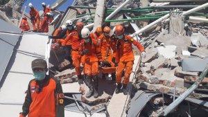 Los equipos de rescate sacan cuerpos de bajo los escombros