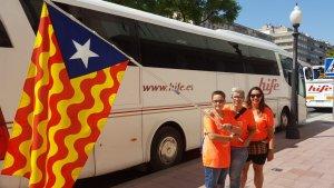 Participants tarragonins amb una estelada amb les barres de Tarragona abans de sortir cap a Barcelona