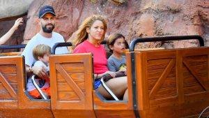 Piqué, Shakira i els seus fills a Disneyland