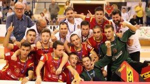 Pol Ferrer celebra amb els seus companys el títol de campió d'Europa