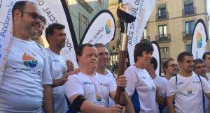 Representants dels Special Olympics han portat la flama olímpica a la Plaça Sant Jaume de Barcelona