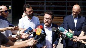 Roger Torrent i Pere Aragonès a la sortida de la presó de Mas d'Enric.