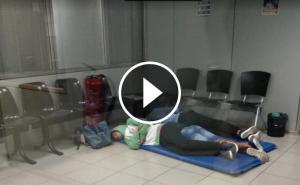 Tres dels joves menors d'edat arribats a Barcelona, dormint a terra en una comissaria dels Mossos.