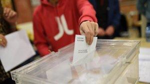 Un ciutadà dipositant un vot, aquest dijous 21 de desembre.