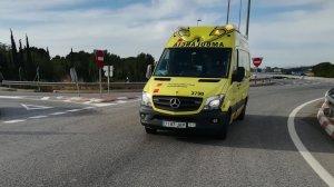 Una ambulància del SEM, a la rotonda de la Móra on s'ha produït l'accident