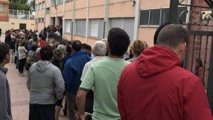 Una imatge de la llarga cua per votar a l'escola Molí de Vent de Torredembarra, durant el referèndum de l'1-O.