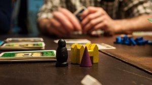 Una selección de los mejores juegos de mesa para divertirte en grupo.
