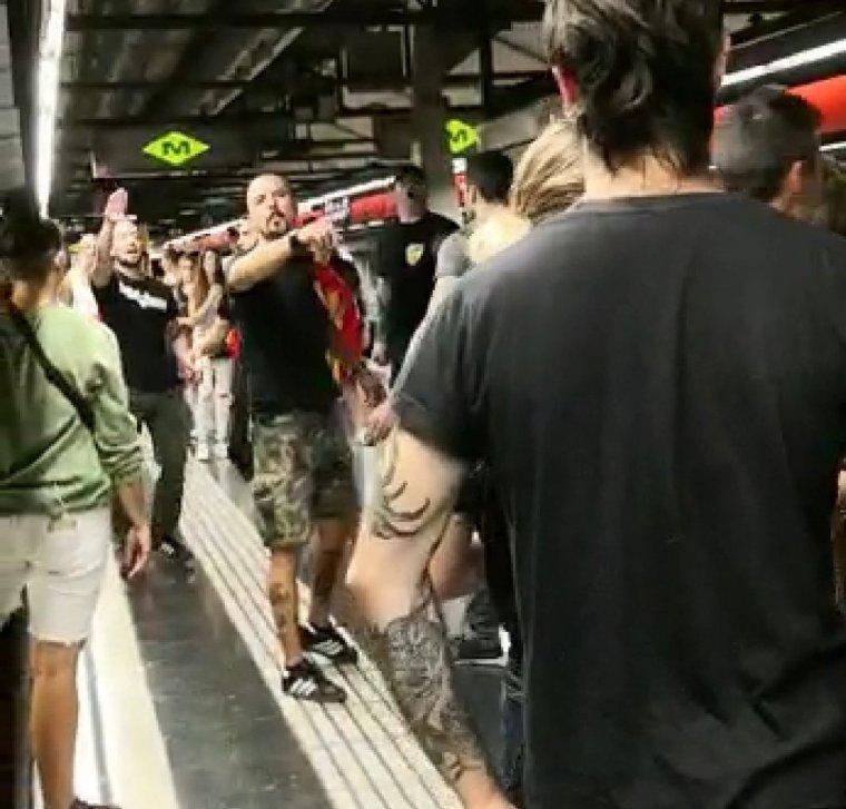 Alguns dels feixistes que han estat responsables de les agressions patides per veïns de Nou Barris a l'estació de Metro del Clot