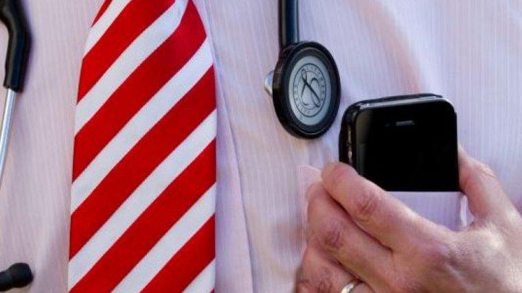 Imagen de archivo de un médico con un móvil.