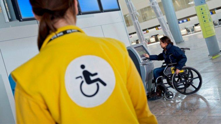 En arribar a l'aeroport, es factura la cadira de rodes com equipatge