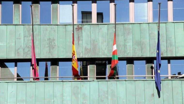 Imagen del Ayuntamiento de Barakaldo con las banderas ondeando a media asta