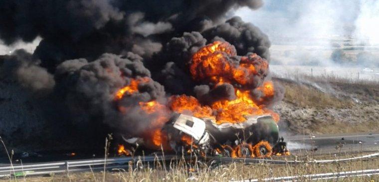 Imagen del camión en llamas en la A-1