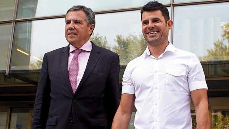 Javier Santos con su abogado.