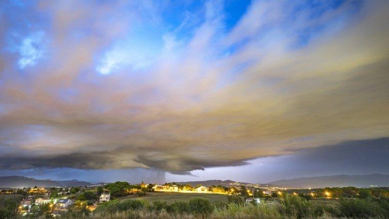 La tarda de dijous ha estat mol fotogènica a la comarca d'Osona i al Valles Oriental