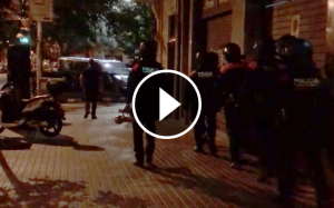 Agents de l'ARRO dels Mossos durant l'entrada al pis del carrer de Mallorca de Barcelona.