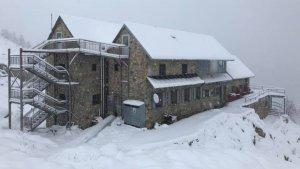Aspecto invernal de esta mañana en el Refugio Ángel Orús, a 2.200 metros alt.