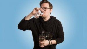 Bebe entre 2 y 3 litros de agua para eliminar el azúcar de tu cuerpo
