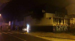Bombers actuant en l'incendi a l'avinguda Santa Eulàlia