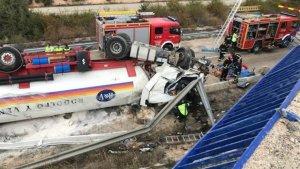 Camión cisterna volcado en la carretera N-122, en Soria.