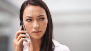 Chica contestando llamada