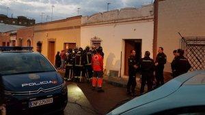 Cruz Roja en sus labores de atención de emergencia, junto a efectivos de la Policía Nacional.
