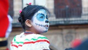 Durante las festividades del Día de Muertos se realizan desfiles y ofrendas en honor a los familiares fallecidos.