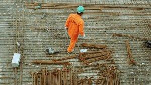 El amianto era ampliamente utilizado como material de construción debido a sus propiedades resistentes al fuego y a altas temperaturas.