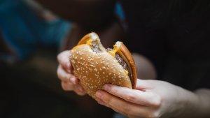 El aumento del número de restaurantes de comida rápida ha tenido como consecuencia un incremento de los casos de adicción a la comida basura.