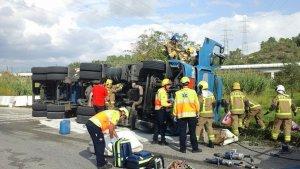 El camió bolcat transportava oxigen líquid i, per aquest motiu, han activat el pla d'alerta Transcat