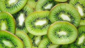 El kiwi se caracteriza por sus propiedades diuréticas y depurativas.