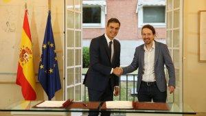 El presidente de Gobierno Pedro Sánchez y Pablo Iglesias firman los Presupuestos Generales del Estado para 2019.