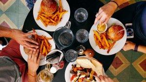 El reflujo gástrico aparece en forma de ardor y puede estar causado por la ingesta de comidas copiosas, grasientas o muy.