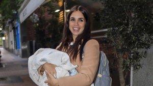 Elena Furiase con su bebé en brazos en el cumpleaños de Alba Flores