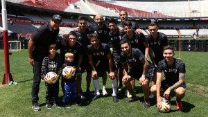 Els fills de Gerard Piqué i Shakira, Milan i Sasha, amb els jugadors del club argentí River Plate