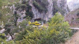 Helicóptero de los servicios de emergencias en la ruta del Cares, Asturias