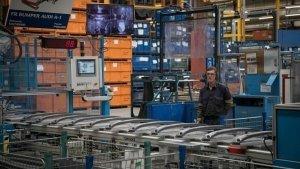 Imagen de archivo de un trabajador en una fábrica