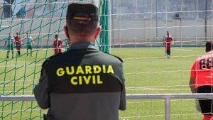 Imagen de un agente de la Guardia Civil en un partido de fútbol