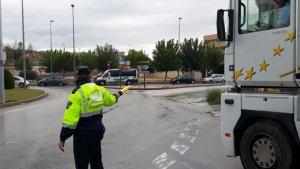 Imagen de un agente regulando el tráfico en una rotonda cercana al lugar del accidente
