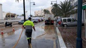 Imagen de un operario limpiando las calles de Estepona.