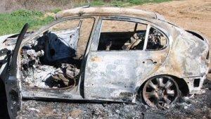 Imagen del coche quemado en el que habian huido