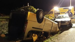 Imagen del coche volcado en el margen del camino rural
