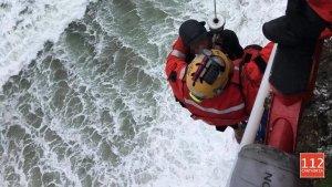 Imagen del rescate del surfista en Castro Urdiales, Cantabria