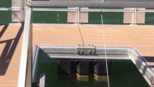 Imatge de la nova captació flotant, davant de la presa