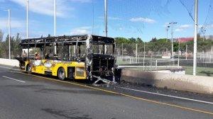 Imatge de l'autobús cremat