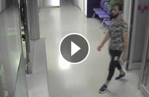 Imatge de l'home entrant a la comissaria dels Mossos abans d'agredir a la mossa.