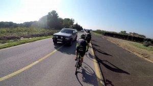 Imatge del moment de l'avançament del vehicle a tocar dels ciclistes.