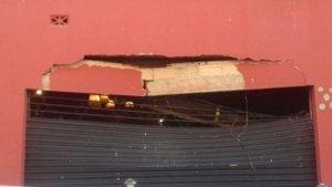 Imatge dels efectes que ha tingut la caiguda de la grua a la façana