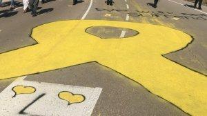 Imatge d'un llaç groc que uns manifestants han pintat als afores de la presó de Lledoners