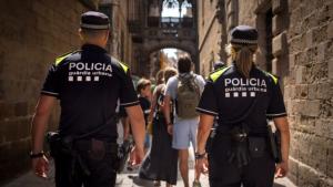 Imatge d'una patrulla de la Guàrdia Urbana de Barcelona, amb la nova uniformitat.