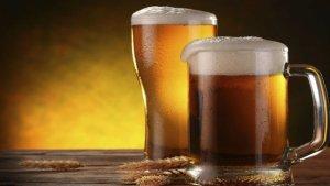 Jarras de diferentes variedades de cerveza